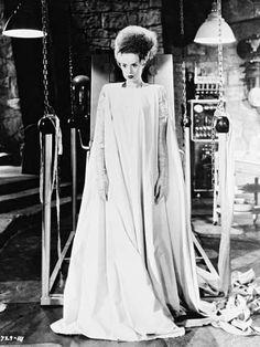 Elsa Lanchester in Bride of Frankenstein directed by James Whale, 1935 The Munsters, Bride Of Frankenstein Costume, Frankenstein 2016, Diy Halloween, Halloween Costumes, Halloween 2018, Vintage Halloween, Halloween Makeup, Halloween Legends