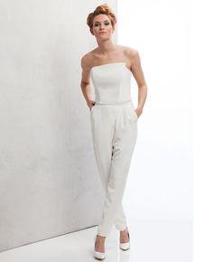 Mal was anderes:Auch ein schöner Look für das Standesamt ist ein cooler Jumpsuit, zum Beispiel von derjungenBrautmoden-DesignerinTina