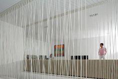 Garde-corps sculptural comme filtre entre le salon et la salle à manger