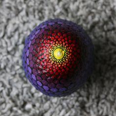 Beschilderde steen met regenboog kleuren. Circa 8 bij 10 cm diameter om een indruk van de grootte te geven. De steen is 847 gram. Omdat deze regenboog steen voor een tweede keer geverfd is, zie je nog heel iets de originele (grotere) cirkels in het profiel. De beschilderde stenen zijn afgewerkt met een laagje vernis maar kunnen alsnog niet gebruikt worden voor buiten, etc. Elke mandala steen is uniek en uiteraard handgemaakt. De beschilderde stenen komen uit Duitsland en Frankrijk. Voor het…