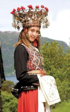 Magasinet Bunad : Hardanger (folk costume and bridal crown from Norway) This could be a lot of fun. With Sigrid Undset in The Wreath Traditional Fashion, Traditional Dresses, Traditional Wedding, Wedding Costumes, Bride Costume, Ethnic Dress, Bridal Crown, Folk Costume, Ethnic Fashion