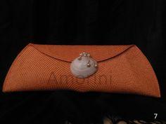 Naranja con broche de concha y perlas