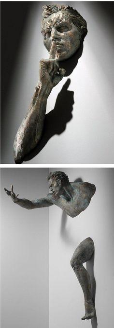 O artistaMatteo Pugliese criou um projeto sensacional de esculturas em bronze que nascem da parede.