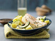 Habt Ihr Zucchini schon mal als Salat probiert? Zucchini-Salat mit gebratenem Käse - und lauwarmer Oliven-Vinaigrette - smarter - Kalorien: 373 Kcal - Zeit: 15 Min. | eatsmarter.de