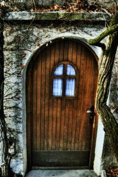http://photo.pozaschematy.pl/wp-content/uploads/2009/03/hobbit_door.jpg