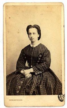 Ritratto femminile - Donna in abito a quadri con bottoni applicati
