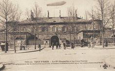 http://www.parisrues.com/imagesold/11/111ruedelaroquette06.jpg - La prison de la Petite Roquette et les cinq pierres (à l'avant de la photo) de l'emplacement de la guillotine que l'on dressait précédemment pout les exécutions capitales, vers 1900.