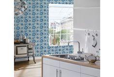 Cooler Vintage-Look, durch Retro-Muster im Blauton. Diese Retro Tapeten wirken in Verbindung mit passenden Möbeln sehr stylisch. Lassen Sie sich von diesem wiederkehrenden Design inspirieren und überzeugen.   #Blau #Vintage #Tapete #Tapetenidee #Design #Style #Retro #ascreation #Hertie AS Création