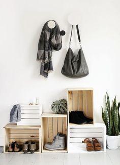 Один из вариантов прихожей в стиле лофт с полочками из деревянных ящиков.