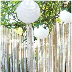 Lampionnen met mooie witte linten. Paper lanterns, with ribbens.  White paper lanterns #lampion #huwelijk #decoration #styling #event #decoration #linten #ribbons #wedding #weddingplanner #weddinginspiration #trouwen #feest #decoration #bruiloftsborden Lantaarns, huwelijksideeen  Wedding decoration