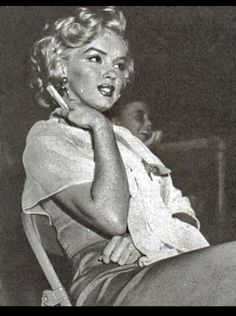 Marilyn Monroe attends the 'Baseball Stars of Hollywood against the All-Stars' charity game at Gilmore Stadium in Los Angeles. This was the first time Marilyn attended a game where Joe DiMaggio was playing. Marilyn Monroe Photos, Marylin Monroe, Hollywood Stars, Old Hollywood, Cinema Tv, Baseball Star, Joe Dimaggio, Rare Images, Norma Jeane