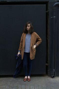 キャメルのジャケットとローファーが少しレトロな女性の魅力を引き立てます。
