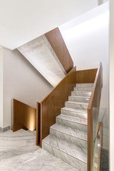 Casa en dos volúmenes - Noticias de Arquitectura - Buscador de Arquitectura Staircase Railing Design, Staircase Handrail, Interior Staircase, Home Stairs Design, Patio Interior, Wood Stairs, Modern Staircase, House Stairs, House Design