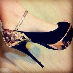 Sapato Salto Alto Preto e Dourado