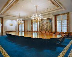 Table of Power  Au début des années 1990, l'artiste Jacqueline Hassink a photographié les salles de réunion des plus grandes multinationales du monde, comme Mercedes ou BP. Quinze ans plus tard, ces Tables de Pouvoir n'ont pas changé et sont toujours aussi désincarnées.