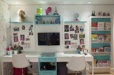 Mesa de estudos no quarto com detalhes em azul e q