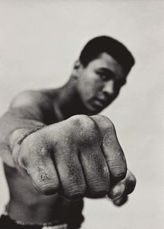 Details: Muhammad Ali showing off his right fist, Chicago 1966 by Thomas Hoepker. Copy signed on the reverse by the artist. World heavyweight champion Muhammad Ali showing off his right fist. Mohamed Ali, Boxe Fight, Best Sports Quotes, Sting Like A Bee, Bee Sting, Float Like A Butterfly, Poses References, Magnum Photos, Fitness Workouts