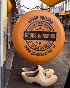 Quem ama queijo, como eu, certamente já ouviu falar da famosa variedade Gouda. Ele recebe esse nome porque foi inventado na cidade… Gouda, Cheese, City, Nostalgia