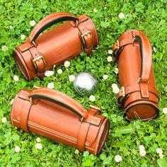 Sacoche – étui horizontal pour boules de pétanque – modèle réf. #PH1-M Leather Wallet Pattern, Leather Pouch, Leather Tooling, Leather Bags Handmade, Leather Craft, Leather Bag Design, Minimalist Leather Wallet, Barrel Bag, Bike Bag