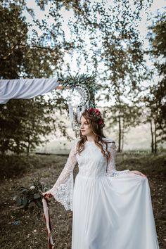 Dekoracje ślubne w stylu boho. Ślub w plenerze, koronkowa suknia ślubna Girls Dresses, Flower Girl Dresses, Boho, Wedding Dresses, Flowers, Fashion, Dresses Of Girls, Bride Dresses, Moda