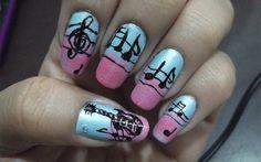 Denise Souza criou uma base degradê com esmaltes azul e rosa! Por cima, muitas notas musicais.