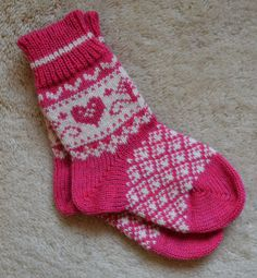 Knitting Socks Kids Children Ideas For Knitting - stricken socken kinder kinder ideen zum stricken - chaussettes à tricoter enfants idées enfants pour tricoter Knitting For Kids, Baby Knitting Patterns, Knitting Designs, Baby Patterns, Crochet Socks, Knitting Socks, Hand Knitting, Cozy Socks, Kids Socks
