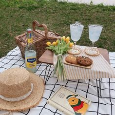 Picnic Date, Beach Picnic, Summer Picnic, Summer Aesthetic, Aesthetic Food, Beige Aesthetic, Comida Picnic, Romantic Picnics, Romantic Dinners