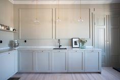 Simple repeating cabinet shapes in light taupe  Grevgatan 43, 4 tr | Per Jansson fastighetsförmedling