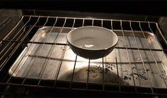 El Horno  Gran desafío para comenzar. Pero no te asustes, coloca cuidadosamente un tazón con amoniaco, por la mitad del recipiente, en el horno dejando reposar durante la noche, no lo enciendas. Al día siguiente retira la suciedad como si fuese manteca.