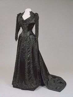 Evening dress, by the House of Worth, circa Worn by Empress Maria Feodorovna of Russia. Via State Hermitage Museum. 1880s Fashion, Edwardian Fashion, Vintage Fashion, Vintage Beauty, Antique Clothing, Historical Clothing, Steampunk Clothing, Steampunk Fashion, Vintage Gowns