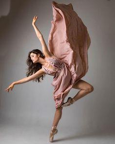 Dancer ♥ ballerina - Elektra Z. Dance Photography Poses, Dance Poses, Beauty Photography, Photo Trop Belle, Dance Aesthetic, Portrait Photos, Kreative Portraits, Dance Photo Shoot, Dance Movement