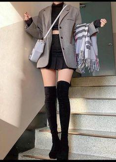 imagem descoberto por ⚓🎟Aɭɭ Tɧҽ Lɷѵҽ🎟⚓. Descubra (e salve!) suas próprias imagens e vídeos no We Heart It Korean Girl Fashion, Korean Fashion Trends, Ulzzang Fashion, Korean Street Fashion, Kpop Fashion Outfits, Korea Fashion, Edgy Outfits, Korean Outfits, Cute Casual Outfits
