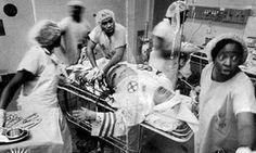 Médicos y enfermeras de color del serviocio de urgencias de un hospital norteamericano salvan la vida a un miembro del  Ku Klux Klan que ha recibido un balazo