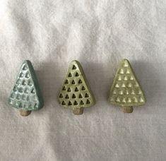 【陶土】三角の木 ブローチ|ブローチ|daisy daughter|ハンドメイド通販・販売のCreema