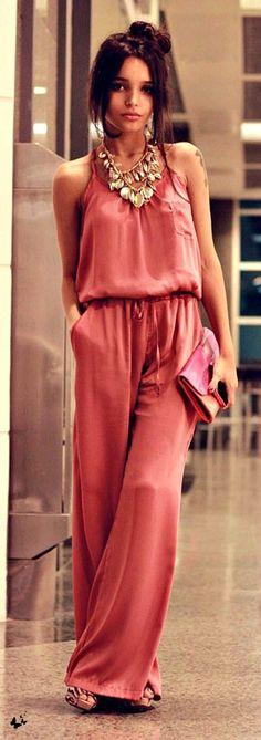 JUMPSUITE (MONO) STREET STYLE PARA ESTA PRIMAVERA-VERANO 2015 Hola Chica: El Jumpsuite (Monos) (Rompers)es una prenda muy cómoda y fácil de usar porque no tienes que preocuparte en que blusa o que pantalon usar, es una prenda entera que con tan solo agregar lindos accesorios dependiendo del estilo si es casual con sandalias planas o de tacón y si es formal definitivamente con sandalias de tacón y un lindo peinado y maquillaje y te veras fabulosa, así que es buena idea que compres una para…