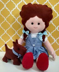 Dorothy do Mágico de Oz, confeccionada em feltro e tecido. Acompanhada do seu amigo Totó, claro!! Sapatos com lantejoulas vermelhas, tem taxa extra, ok? (dá um trabalho costurar cada lantejoulinha daquelas... mas ficam os sapatinhos mais lindos que já vi!)  :)