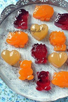 Gummibärchen aus Fruchtsaft selber machen, zubereiten, selbst machen, Gelatine, 1 Stunde kalt stellen, gesunde Gummibärchen