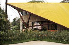 Detalhe da estrutura da cobertura : Casas modernas por Carlos Bratke Arquiteto