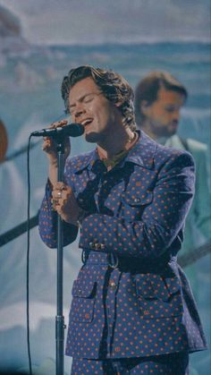 "The Late Late Show with James Corden performing ""Adore You"" on December 2019 Harry Styles Lockscreen, Harry Styles Wallpaper, Gorgeous Men, Beautiful People, Bae, Harry Styles Pictures, Mr Style, Treat People With Kindness, Harry Edward Styles"