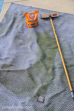 quick and easy way to clean an outdoor rug, learn how to clean an outdoor rug. Clean an outdoor rug with baking soda, eco friendly cleaning Outdoor Deck Rugs, Outdoor Deck Decorating, Indoor Outdoor Carpet, Patio Rugs, Outdoor Spaces, Deck Furniture Layout, Yard Furniture, Outdoor Furniture, Clean Patio