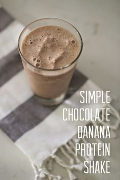 Chocolate Banana Protein Shake Simple Chocolate Banana Protein Shake--basic ingredients for this delicious morning shake!Simple Chocolate Banana Protein Shake--basic ingredients for this delicious morning shake! Banana Smoothie Bowl, Smoothie Bowl Vegan, Smoothie Proteine, Chocolate Banana Smoothie, Strawberry Banana Smoothie, Chocolate Smoothie Recipes, Protein Powder Shakes, Healthy Protein Shakes, Protein Shake Recipes