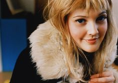Drew Barrymore Messy Bangs Hairstyle Checkout theses cute photos of lovely Hollywood actress Drew Barrymore , sporting a free spirited mes. Pretty People, Beautiful People, Beautiful Women, 1990 Style, Solange, Hair Pictures, Hollywood Stars, Famous Faces, Beautiful Actresses