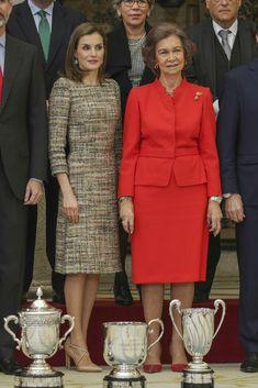 Letizia y Sofía, la complicidad de dos reinas Las dos soberanas han acudido junto los Reyes Felipe y Juan Carlos a la entrega de los Premios Nacionales del Deporte, en el Palacio de El Pardo de Madrid. 23.01.2017