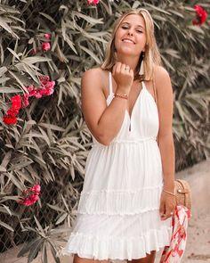 Summer vibes  quel plaisir de déconnecter et se laisser aller sans réfléchir. Les vacances me font le plus grand bien!   #summervibes#summerlook#whitedress#flowers#smile#taned#blondehair#blond#blondie#blondies#summerdress#summerlook#looks#dress#bohostyle#boholook#relax#takeabreak#beyou#stopthinking#vacay