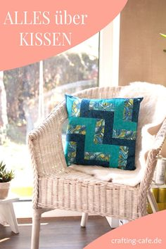 In diesem Blogartikel erfährst Du ALLES über das Nähen von Kissen. Enthalten sind vier Nähanleitungen, die Grundlagen des Nähens abdecken, auch eine Anleitung für ein Patchworkkissen. #nähen #patchwork #patchworkkissen Home And Living, Throw Pillows, Quilts, Bed, Crafts, Freebies, Inspiration, Ruffle Pillow, Sewing Basics