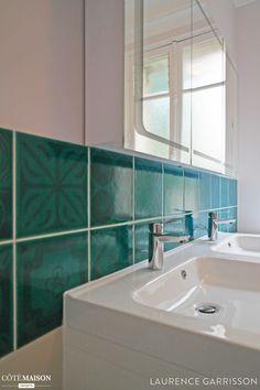 Carrelage turquoise pour cette salle de bains familiale for Carrelage mural bleu turquoise