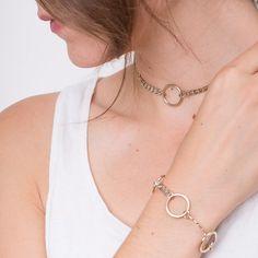 Chloe Choker und Armband von Justine Clenquet.