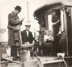 Gemeente-ambtenaar bezoekt woonwagenfamilie, volkstelling 1925
