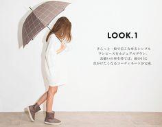 さらっと一枚で着こなせるシンプルワンピースをカジュアルダウン。お揃いの傘を持てば、雨の日に出かけたくなるコーディネートが完成。