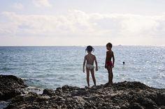 Domy sa nachádzajú priamo pri pláži Cala Blanca. Z urbanizácie je východ priamo na pláž, a to buď na pláž kamenistú, kde sa nachádza aj bar, z ktorého je najkrajší výhľad na zapadajúce slnko alebo na malú pieskovú pláž vhodnú pre rodiny s deťmi a ľudí, ktorým viac vyhovuje mierny vstup do mora. http://www.holamallorca.net/ubytovanie
